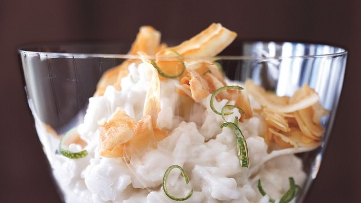 מתכון לפודינג אורז-קוקוס עם שבבי קוקוס פריכים