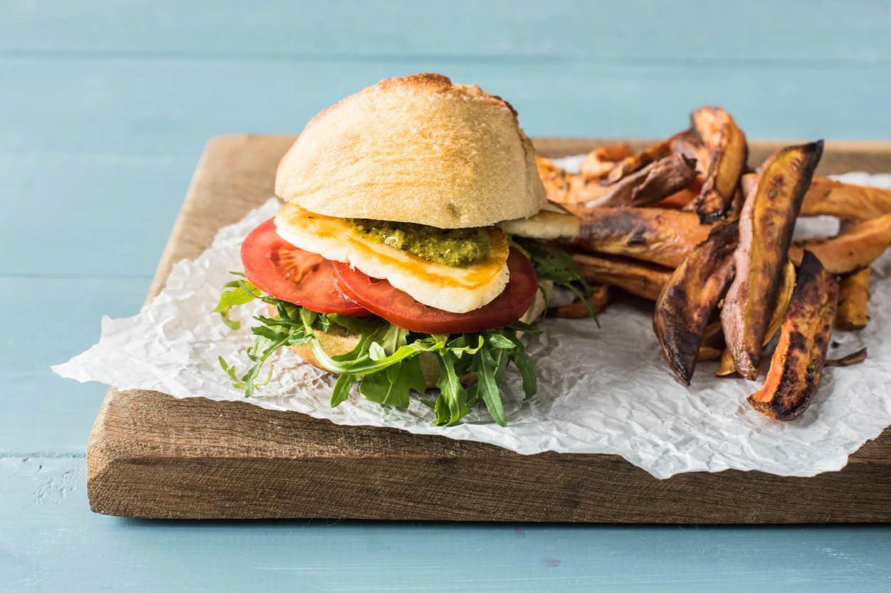 מתכון להמבורגר חלומי-פסטו עם צ'יפס בטטה