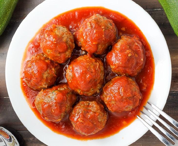 מתכון לקציצות בשר וקישואים אפויות עם רוטב עגבניות