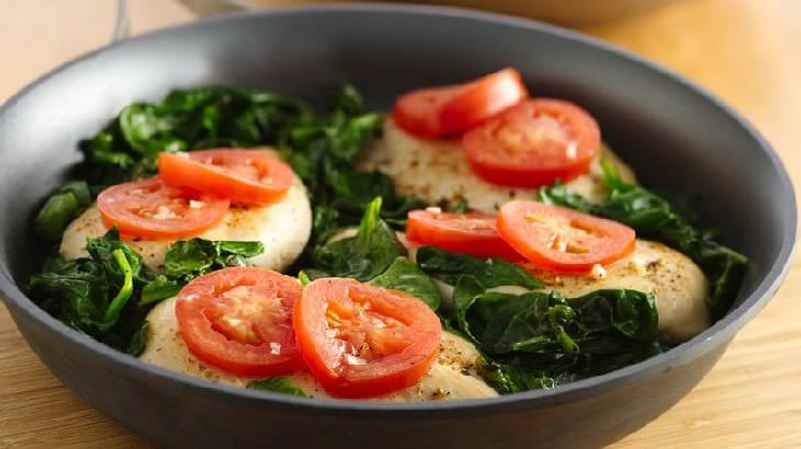 מתכון לתבשיל עוף עם עגבניות וחוביזה