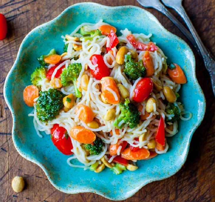 מתכון לאטריות אורז וירקות ברוטב בוטנים - פשוט וקל להכנה