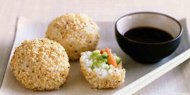 מתכון לכדורי אורז עם סלמון ואבוקדו