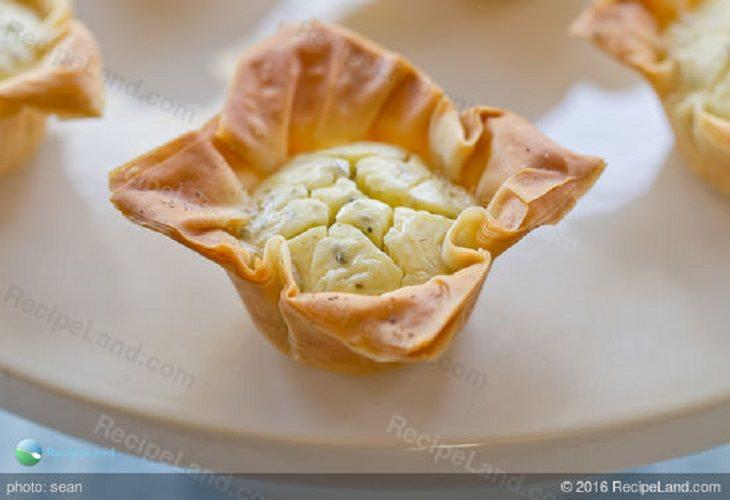 גביעי פילו במילוי גבינות, תבלינים ושמן אגוזי לוז