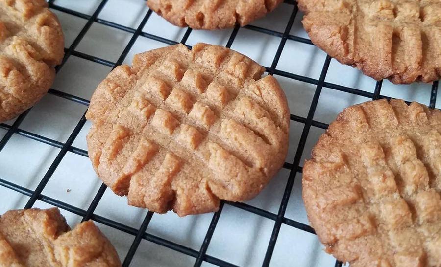 עוגיות חמאת בוטנים קטוגניות עם 4 מרכיבים בלבד