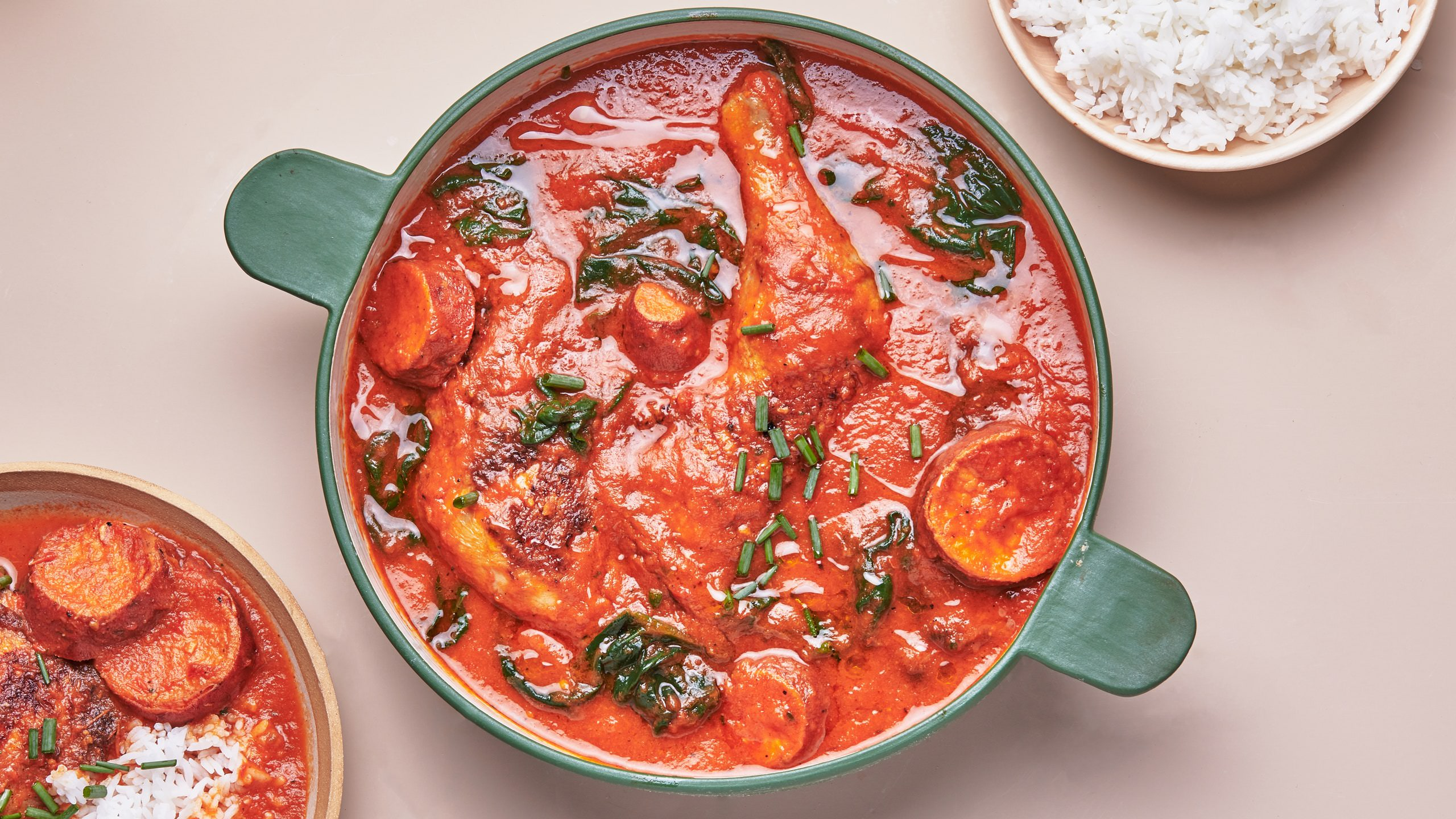 מתכון לתבשיל עוף עשיר עם תרד ועגבניות
