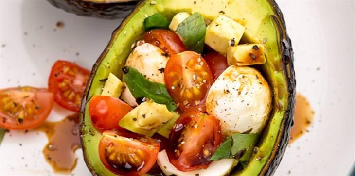 מתכון לאבוקדו ממולא בכדורי מוצרלה ועגבניות