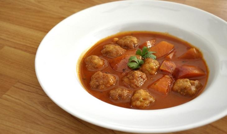 מתכון לצ'ורבה רומנית - מרק חמצמץ עם כדורי בשר עסיסיים