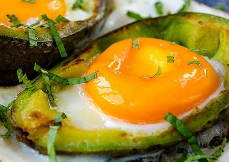 מתכון לביצים אפויות באבוקדו
