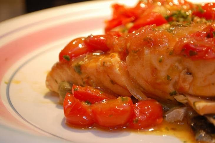 מתכון לסלמון עם שום ועגבניות צלויות