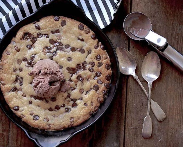 מתכון לעוגיית שוקולד צ'יפס ענקית – פיצה שוקולד