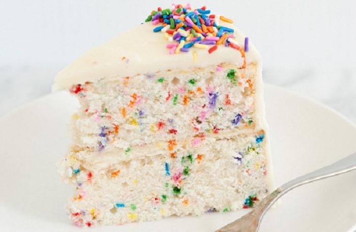 מתכון לעוגת יום הולדת מיוחדת עם סוכריות צבעוניים