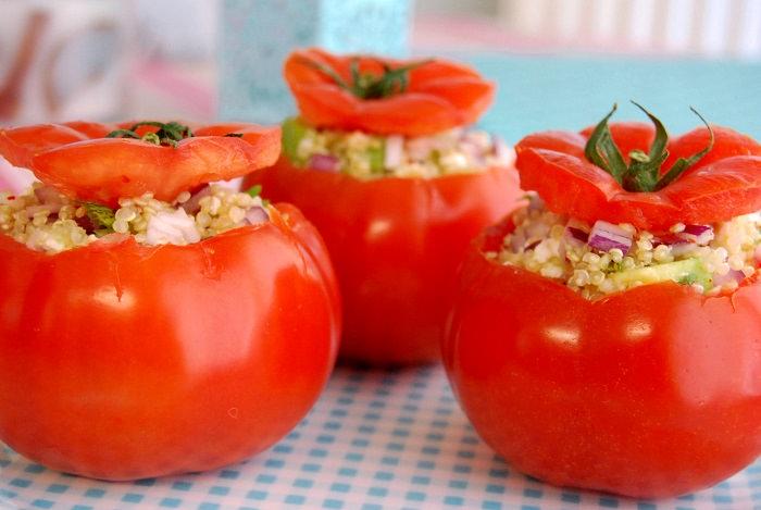 מתכון לעגבניות אפויות עם קינואה, צ'ילי ירוק ותירס