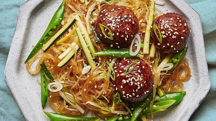 מתכון לקציצות בשר ברוטב הויסין עם אטריות שעועית