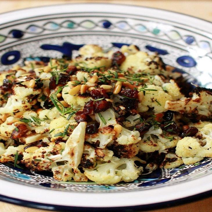 מתכון לסלט כרובית עם תמרים וצנוברים