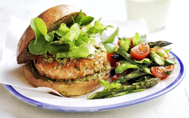 מתכון להמבורגר סלמון וסלט עגבניות