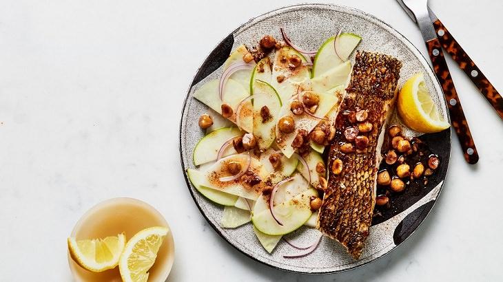 מתכון לדג ברוטב חמאה חומה לצד סלט קולרבי