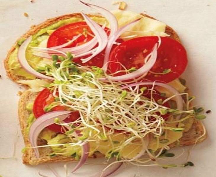 מתכון לסנדוויץ אבוקדו, גבינת צ'דר ועגבניות