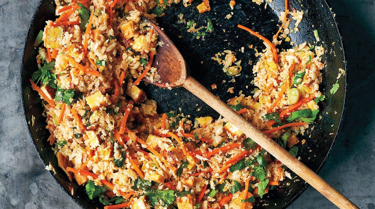 """מתכון ל""""אורז"""" אסייתי מכרובית עם ירקות ועשבי תיבול"""