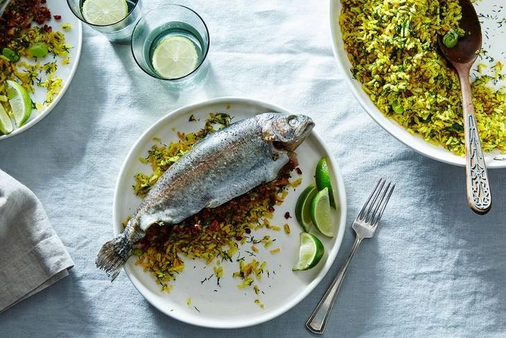 מתכון לדג במילוי תבלינים, שקדים ורוטב רימונים
